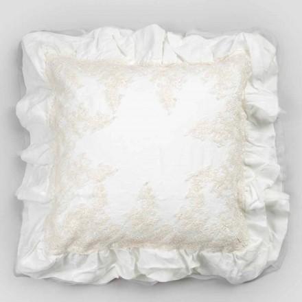 Fyrkantigt örngott i vitt linne med dekorativ spets på kanterna och flätorna - Priscilla
