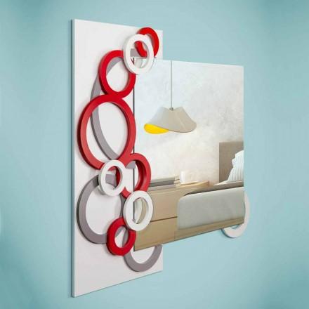 Vit röd grå väggspegel i modern design i trä - illusion