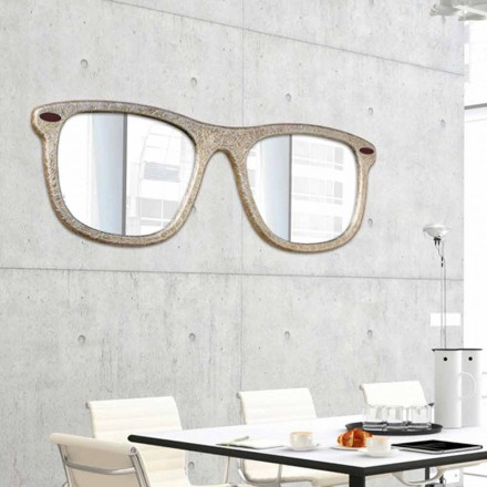 Väggmonterad möbelspegel i form av handdekorerade glasögon