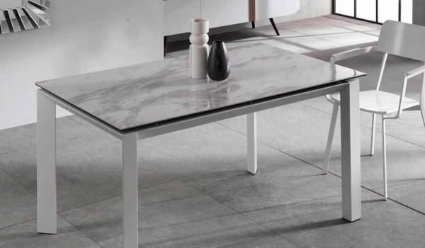 Runt matbord med design i keramisk grå marmoreffekt